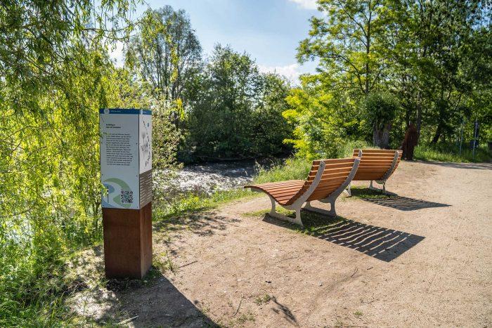 RurUfer-Radweg Rast- und Erlebnisstation Opa mit Enkelkind am Millicher Bach